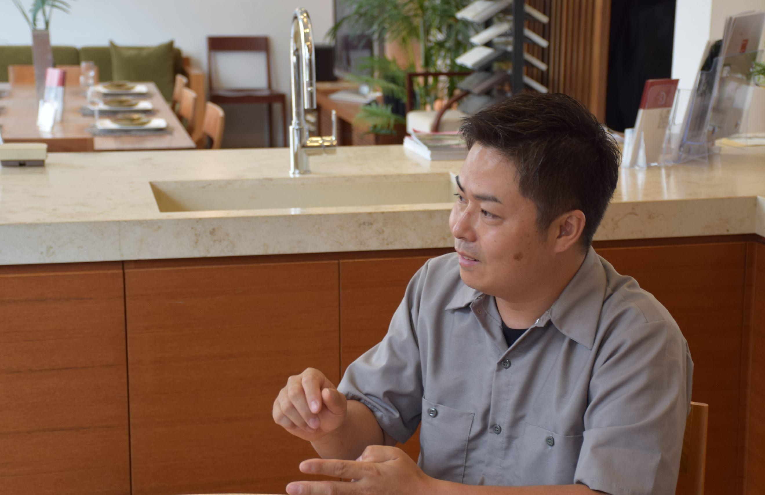 インタビューを受ける、有限会社plots 代表取締役 中村 孝太郎氏